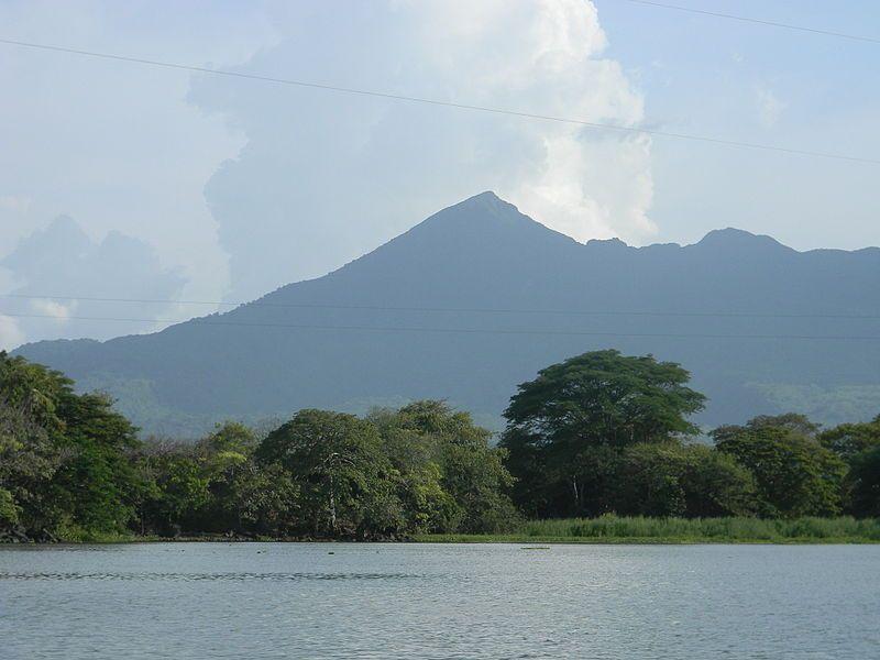 Volcán Mombacho desde el lago de NIcaragua