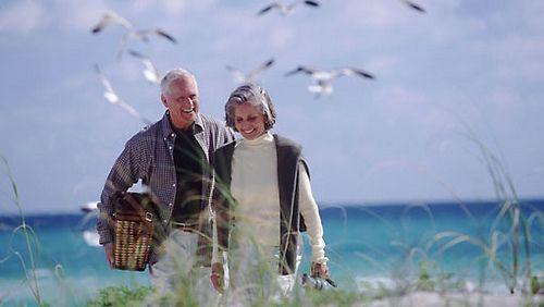 Adultos ancianos ricos playa bienestar