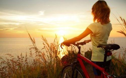 Chica en el campo bicicleta disfrutando fin de semana
