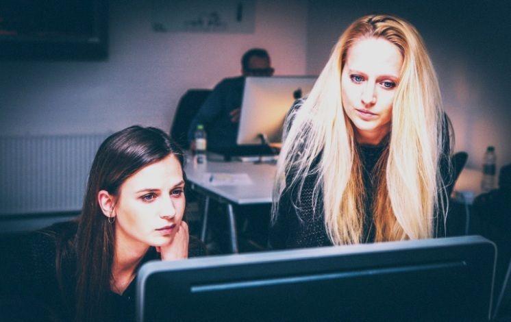 Chicas Trabajando En La Oficina