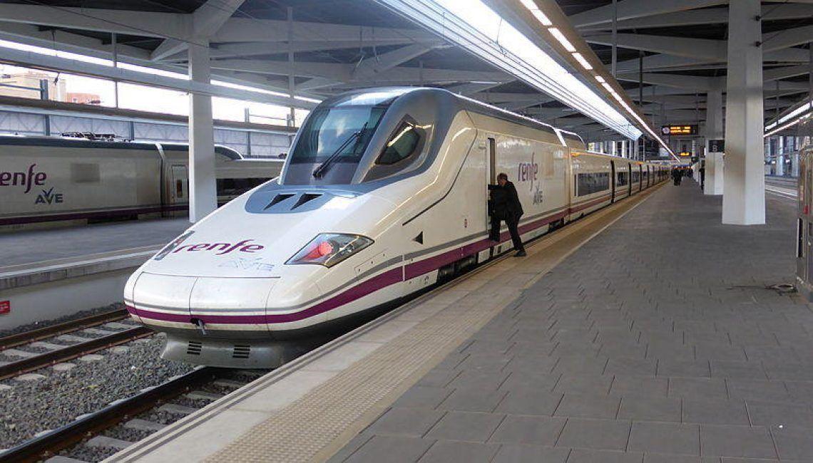 Tren AVE estación de Valencia España